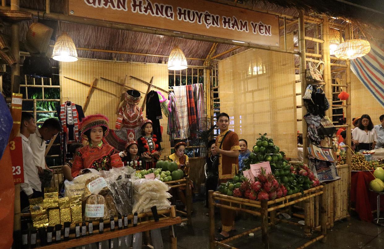 Các gian hàng giới thiệu ẩm thực, sản vật đặc sản của tỉnh Tuyên Quang