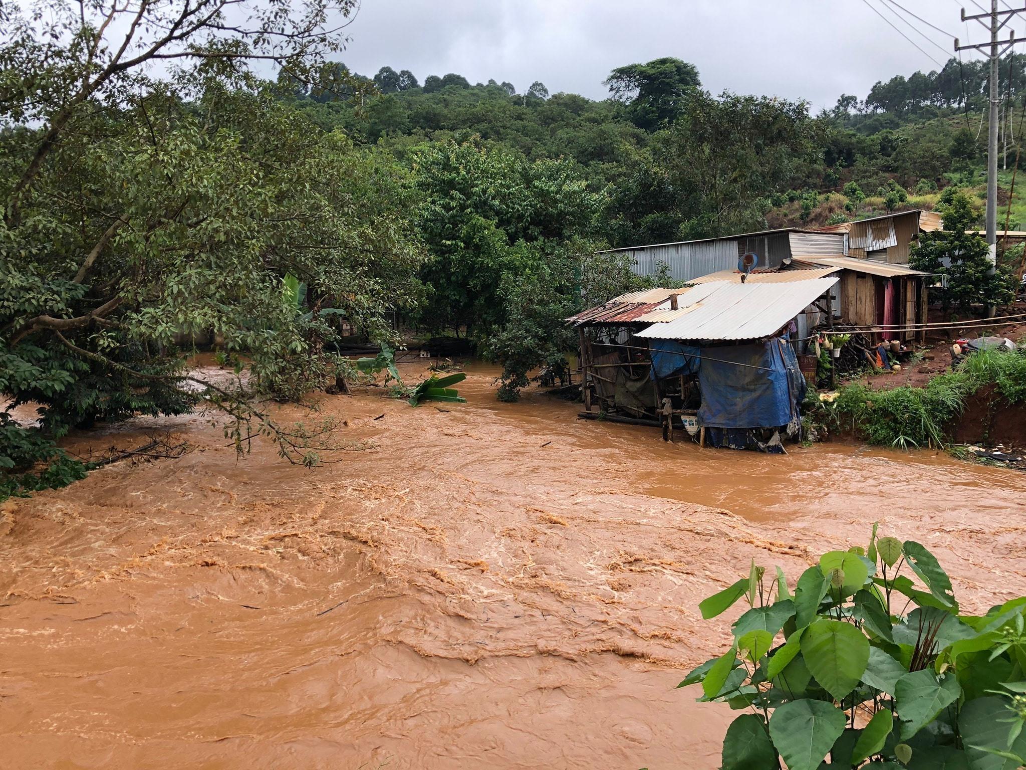 Nhà cửa của người dân xã Phú Sơn, huyện Bù Đăng, tỉnh Bình Phước bị ảnh hưởng lũ bỏ hoang sau khi sơ tán