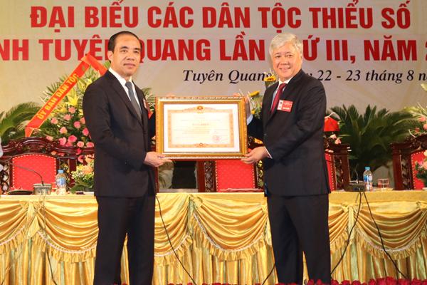 Bộ trưởng, Chủ nhiệm UBDT Đỗ Văn Chiến trao Bằng khen của Thủ tướng Chính phủ cho ông Chẩu Văn Lâm, Bí thư Tỉnh ủy tỉnh Tuyên Quang.