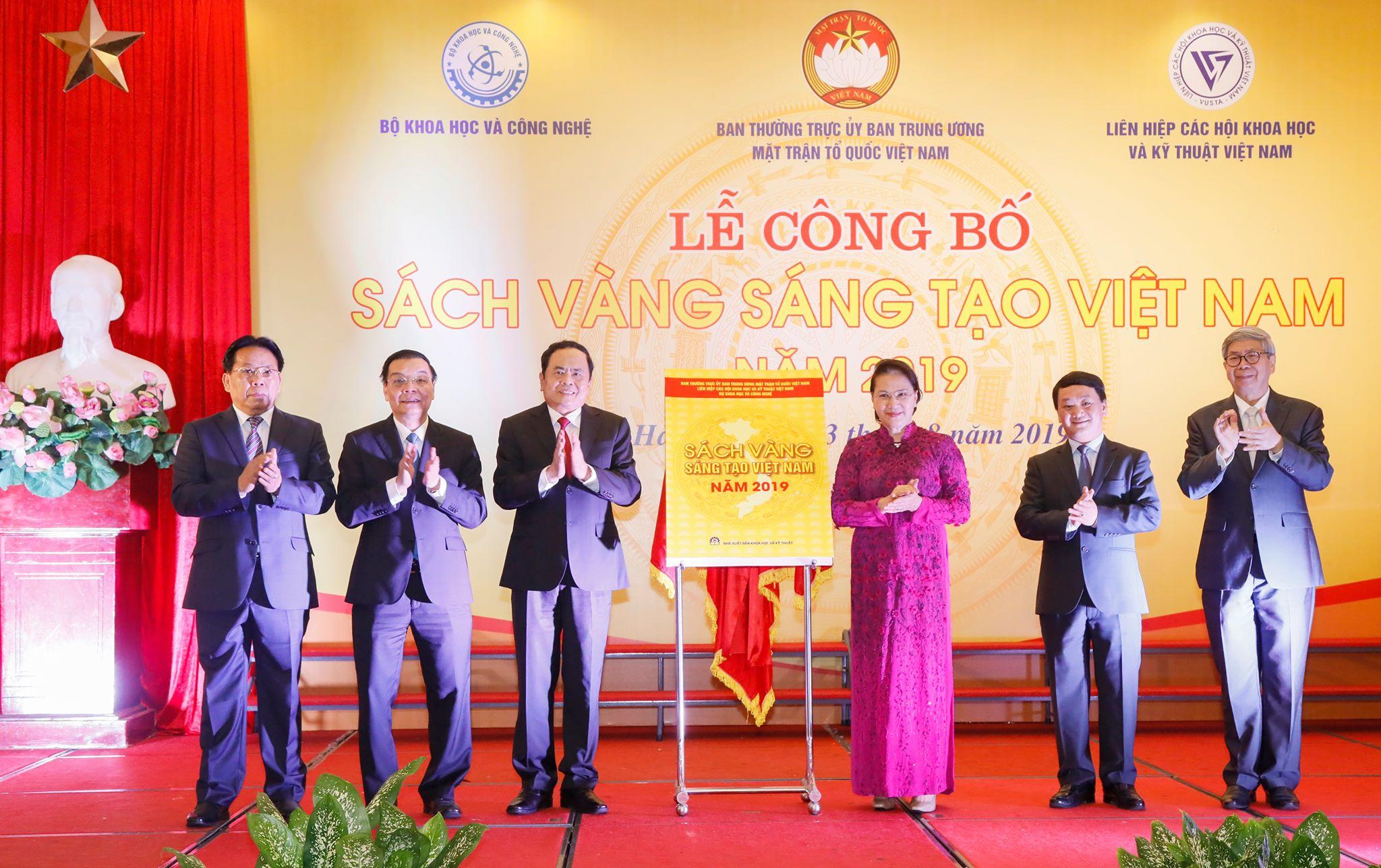Chủ tịch Quốc hội Nguyễn Thị Kim Ngân và Chủ tịch Ủy ban Trung ương MTTQ Việt Nam Trần Thanh Mẫn cùng các đại biểu thực hiện nghi thức công bố Sách vàng Sáng tạo Việt Nam năm 2019