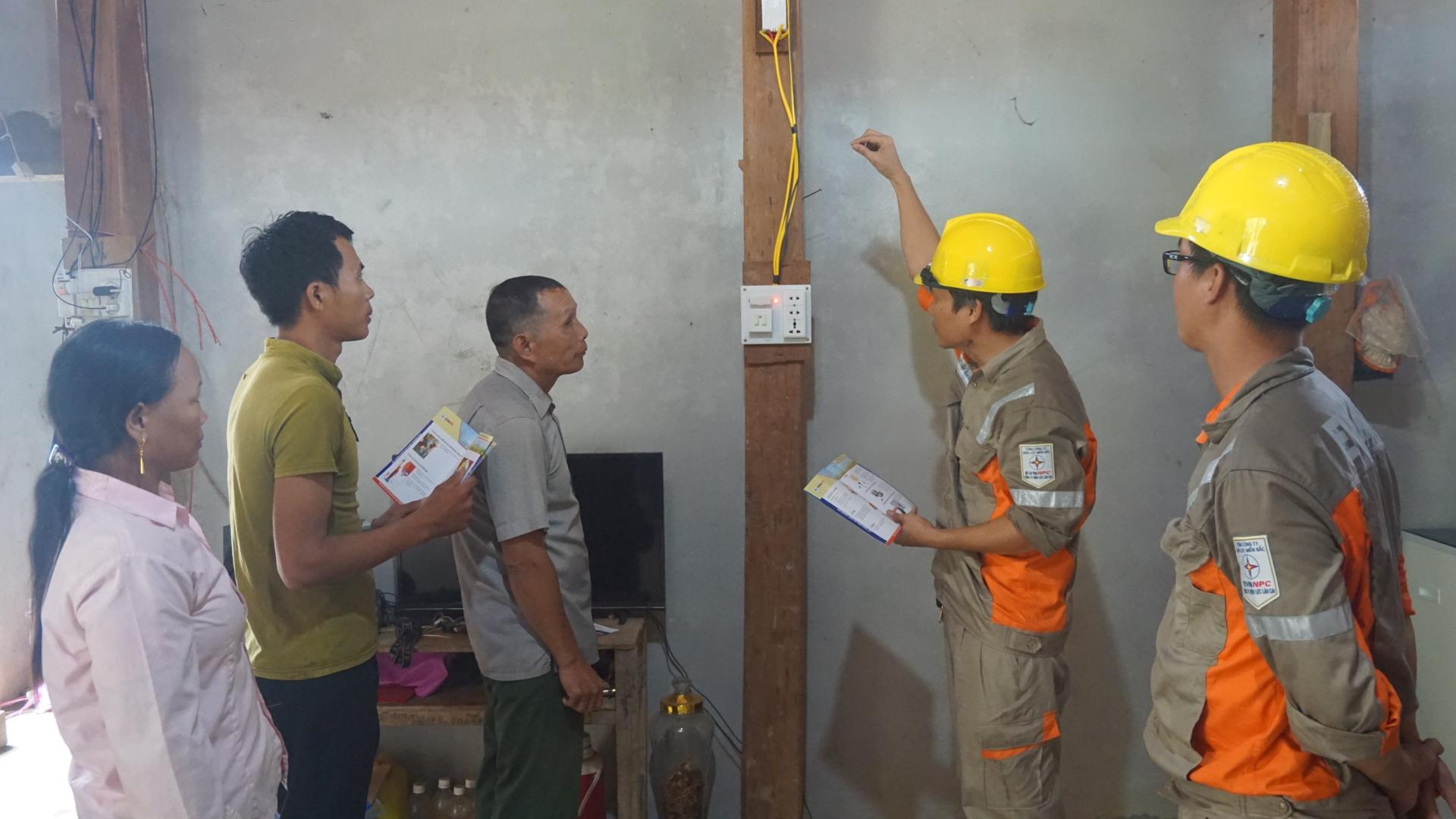 Cán bộ điện lực huyện Bảo Yên hướng dẫn bà con cách sử dụng điển bảo đảm an toàn, tiết kiệm