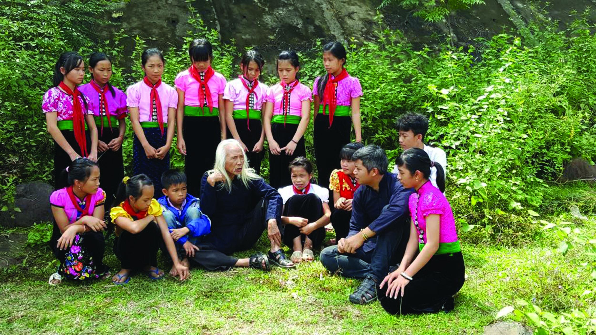 Lê Thanh Tùng (người thứ hai từ phải qua trái) và nghệ nhân Lò Văn Biến cùng học trò của anh.