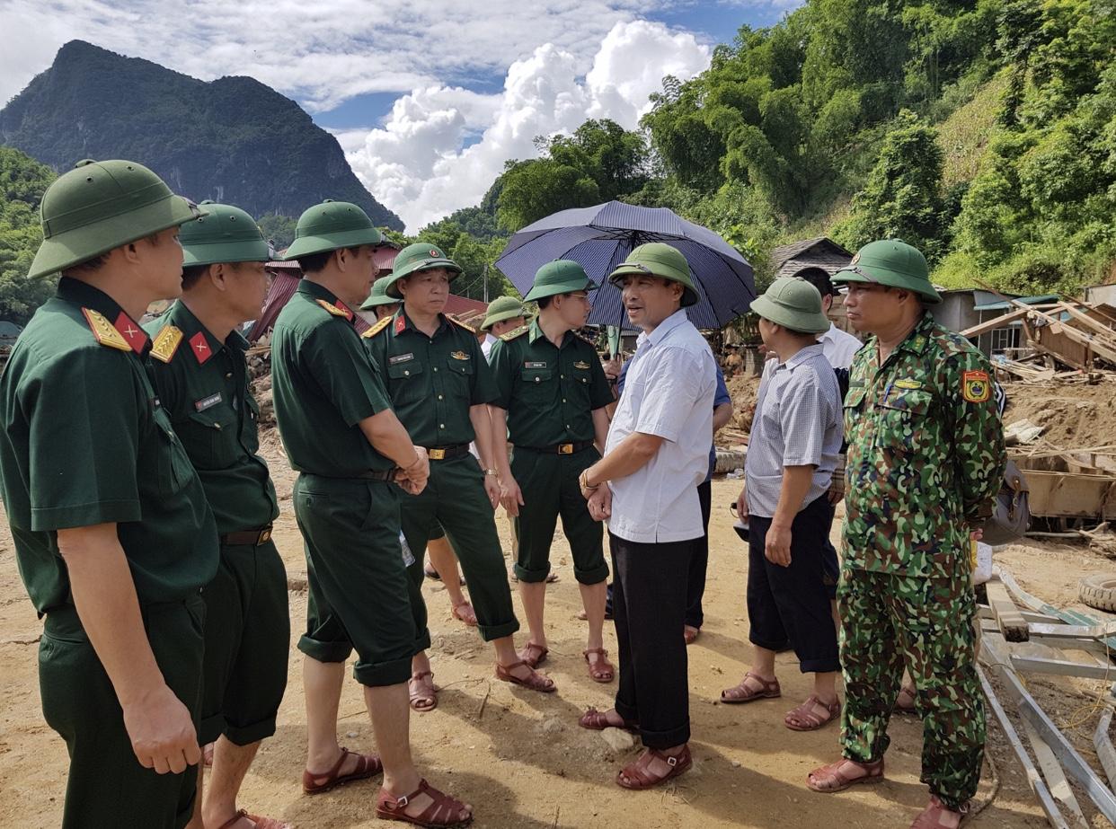 Đại tá Nguyễn Hữu Hùng, Phó Cục trưởng Cục Cứu hộ - Cứu nạn, Bộ Tổng tham mưu Quân đội Nhân dân Việt Nam(người đứng thứ 3 từ trái qua) chỉ đạo công tác khắc phục hậu quả mưa lũ.