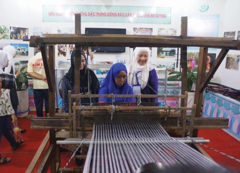 Đồng bào Chăm An Giang bảo tồn, phát triển nghề dệt truyền thống.