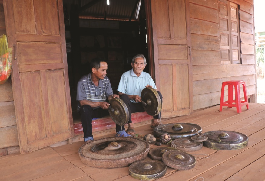 Già làng Siu Lý và nghệ nhân Kpuih Don là những người tích cực  gìn giữ nét đẹp của văn hóa cồng chiêng tại làng Grang.