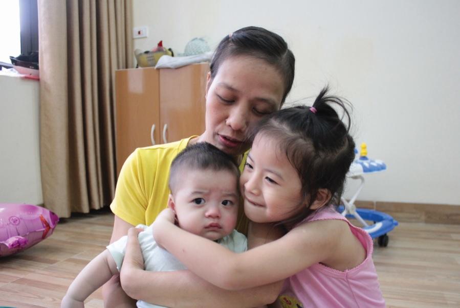 Chị Hoàng Thị Yên hạnh phúc bên hai con.