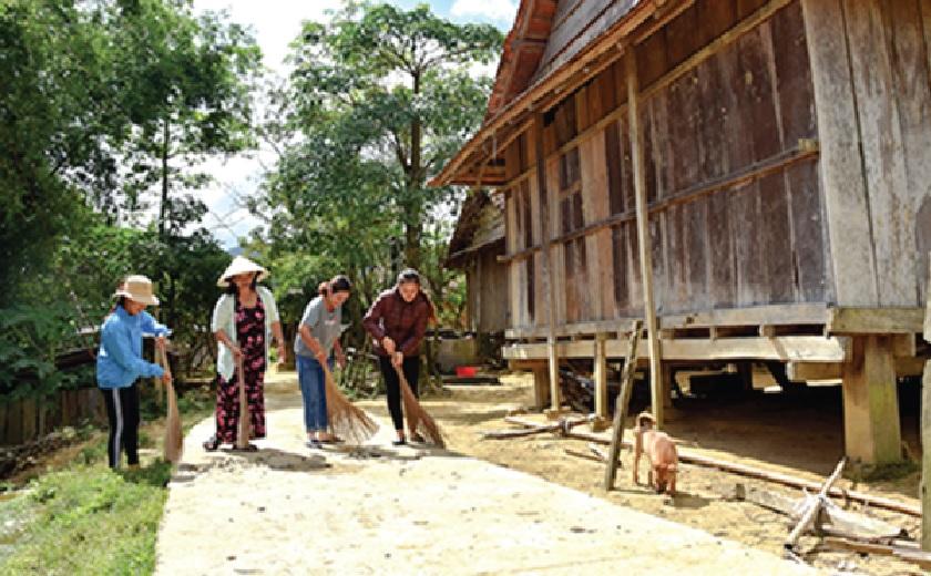 Phụ nữ thôn Vi Ô Lăk chung tay giữ gìn vệ sinh môi trường.