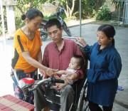 Bà Trần Thị Hà một mình chăm lo cho gia đình con trai bị tật nguyền.