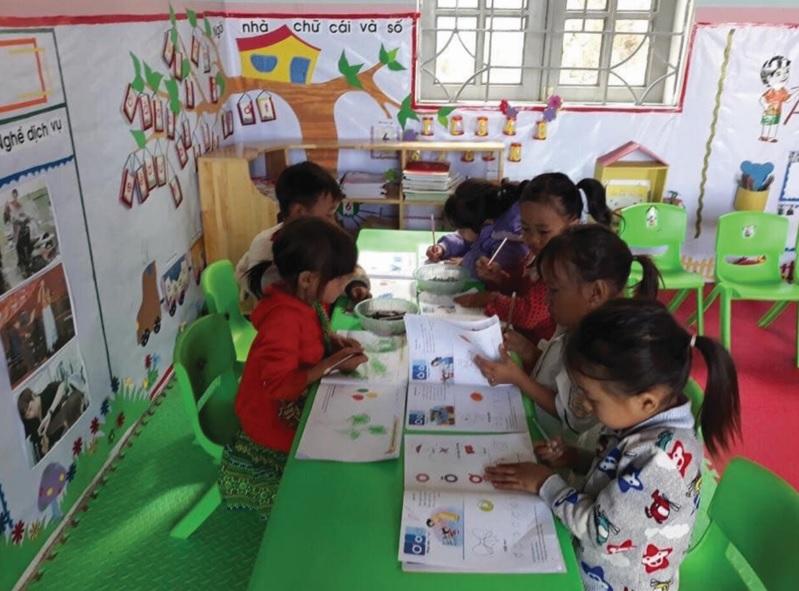 Trẻ em DTTS trong ngôi trường mới.