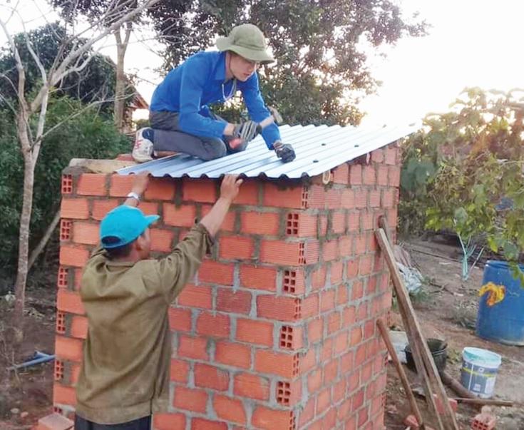 Đoàn viên, thanh niên xã Ya Hội hỗ trợ người dân làm nhà tiêu hợp vệ sinh.