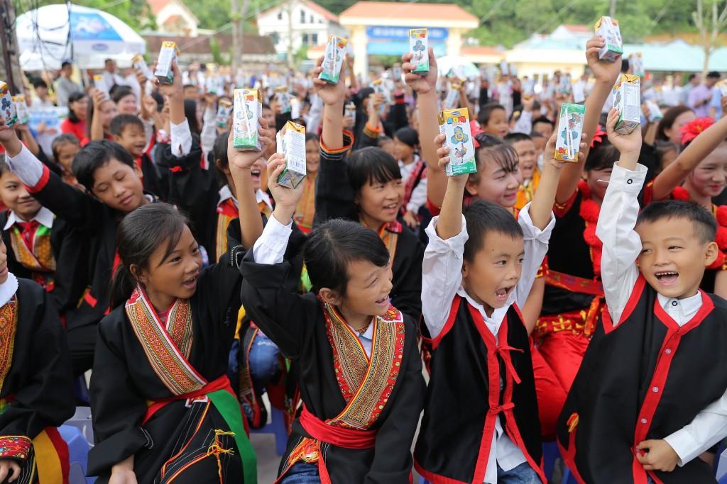Niềm vui uống sữa của các em học sinh trường Tiểu học & THCS Đồng Sơn.