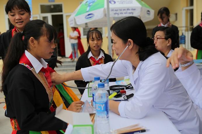 Các bác sĩ của Trung tâm Tư vấn Dinh dưỡng Vinamilk khám tư vấn dinh dưỡng cho các em học sinh tại chương trình.