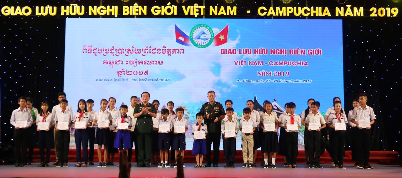 """Trung tướng Hoàng Xuân Chiến, Tư lệnh Bộ đội Biên phòng Việt Nam và Đại tướng Hun Manet, Phó Tổng tư lệnh, kiêm Tư lệnh Lục quân Quân đội Hoàng gia Campuchia trao học bổng """"Nâng bước em tới trường"""" tại buổi toạ đàm tối 27/8."""
