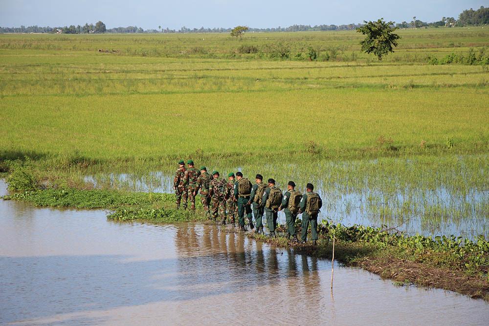 Lực lượng bảo vệ biên giới Việt Nam và Campuchia tiến hành tuần tra chung.