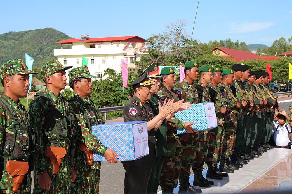 Thượng tướng Nguyễn Chí Vịnh và Đại tướng Niêng Phát tặng quà đội tuần tra chung.