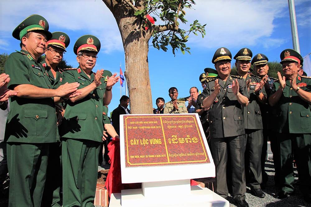 Các đại biểu trồng cây lưu niệm tại khu vực cột mốc 275, cửa khẩu Tịnh Biên, tỉnh An Giang