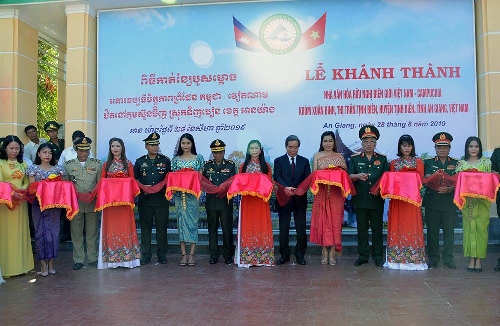 Các đại biểu cắt băng khánh thành Nhà văn hóa hữu nghị biên giới Việt Nam - Campuchia