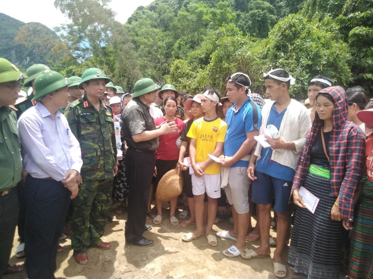 Trưởng Ban Tổ chức Trung ương Phạm Minh Chính và Đoàn công tác động viên, chia sẽ với bà con bản Sa Ná.