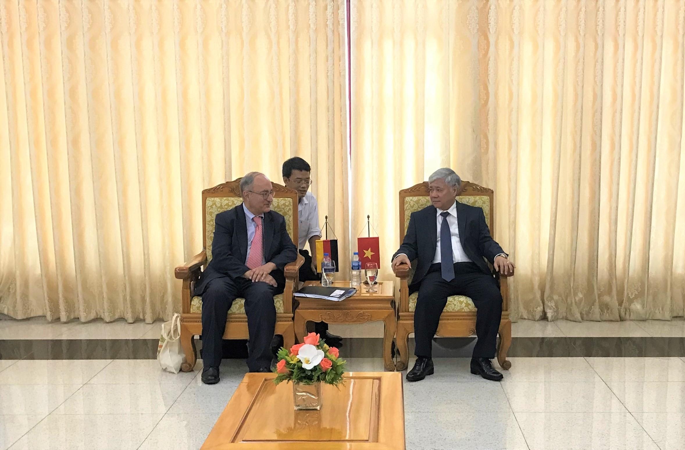 Bộ trưởng, Chủ nhiệm Ủy ban Dân tộc Đỗ Văn Chiến và Tiến sĩ Kambiz Ghawami trao đổi tại buổi tiếp.