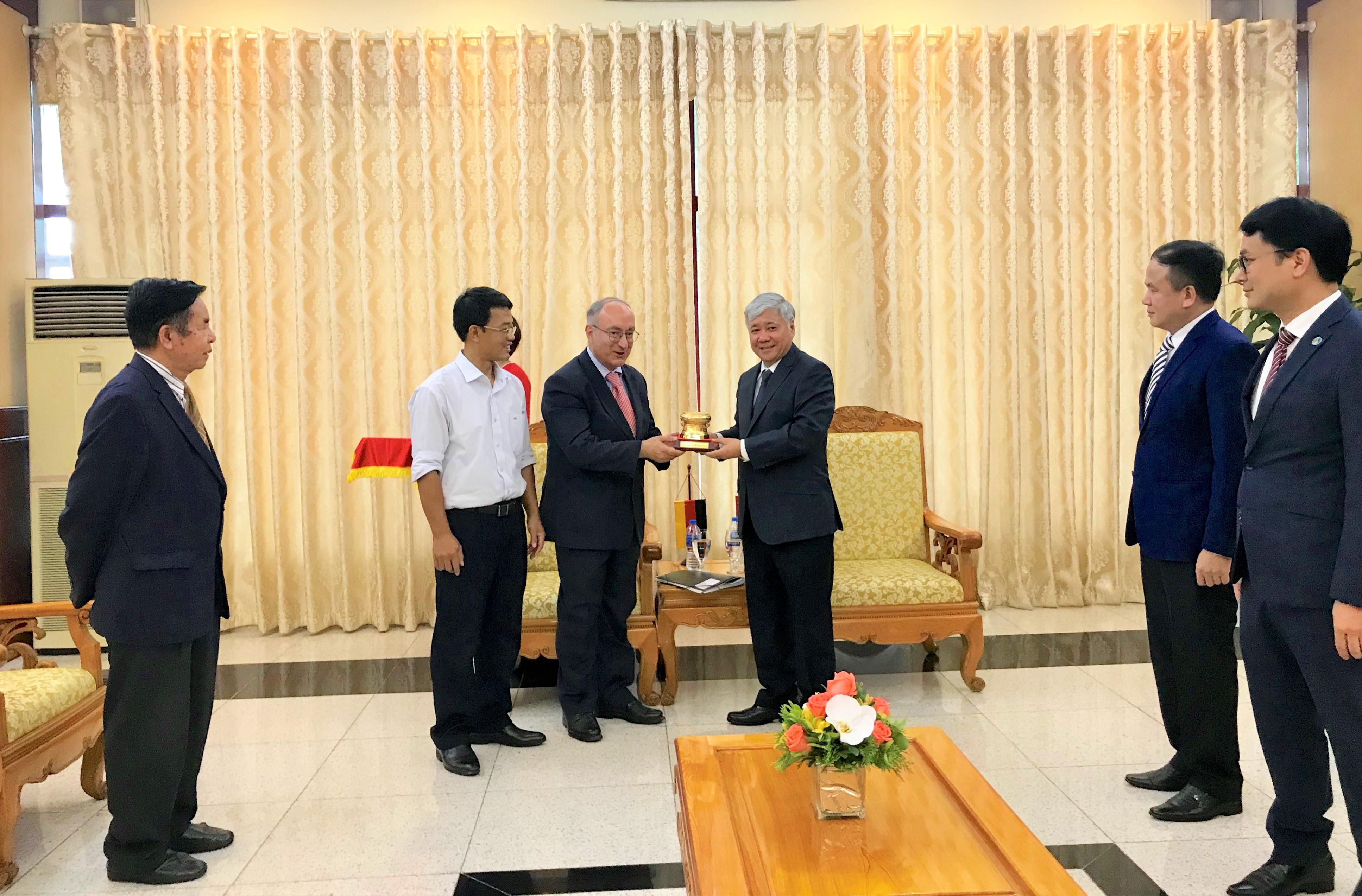 Bộ trưởng, Chủ nhiệm Ủy ban Dân tộc Đỗ Văn Chiến tặng quà lưu niệm của Ủy ban Dân tộc cho Tiến sĩ Kambiz Ghawami.
