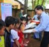 Giáo sư Akimori Seki, tặng quà cho các em học sinh Trường Tểu học Bù Gia Mập.