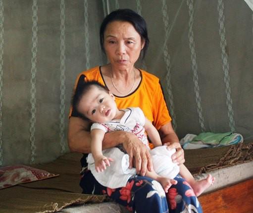 Bà Hà với người cháu gái bị bại não