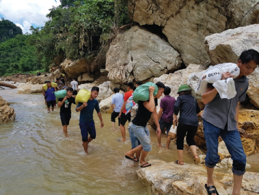Các đoàn cứu trợ cõng hàng trèo đèo, lội suối vào với người dân Sa Ná.