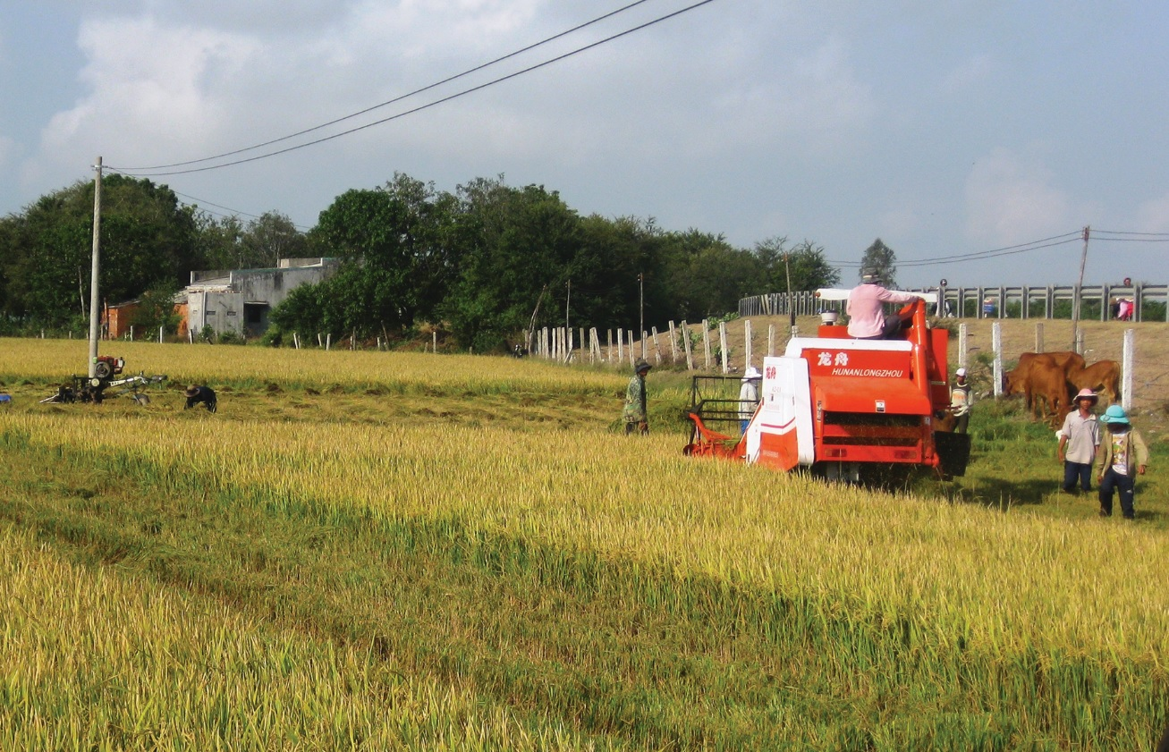 Một số xã miền núi tỉnh Quảng Ngãi hướng dẫn người dân đưa cơ giới hóa vào sản xuất đạt hiệu quả cao.