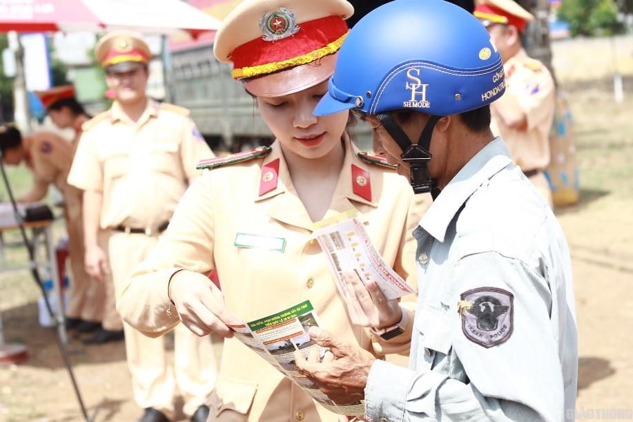 Cảnh sát giao thông- Công an tỉnh Đăk Lăk tặng mũ bảo hiểm đạt chuẩn cho người dân sống gần các tuyến quốc lộ.