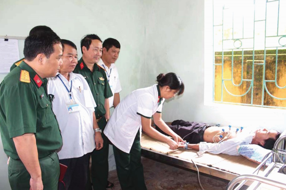 Các y, bác sĩ trạm Quân y-Bộ CHQS tỉnh hỗ trợ khám bệnh cho người dân xã Nà Mèo.