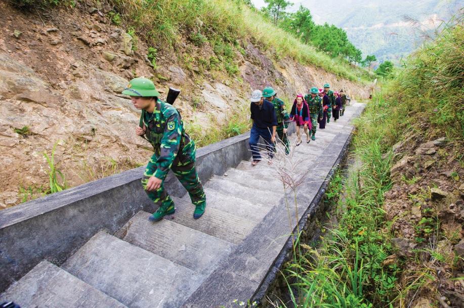 Người dân phối hợp cùng Bộ đội Biên phòng đi kiểm tra rừng.