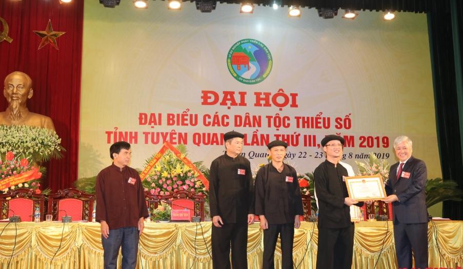 Bộ trưởng Đỗ Văn Chiến trao bằng khen của Ủy ban Dân tộc cho các tập thể xuất sắc