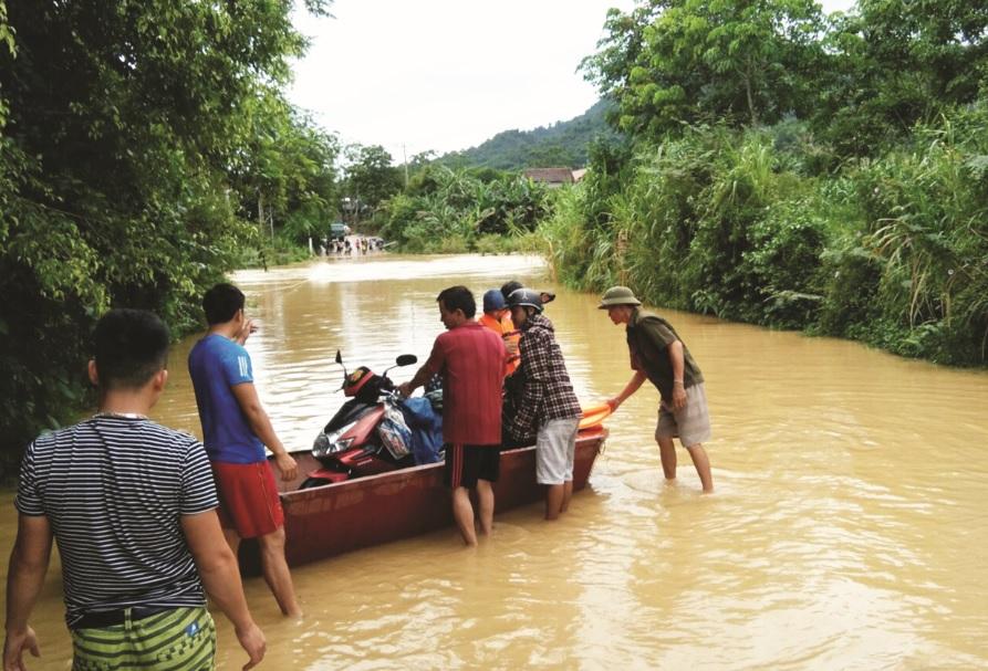 Mỗi khi mưa lớn cầu tràn sông Quyền trở thành nỗi ám ảnh đối với người dân phải đi qua lại nơi đây.