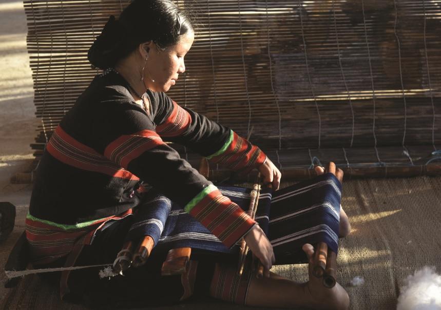 Thợ dệt Thị Hiền đang dệt vải tại Vinpearl Hội An.