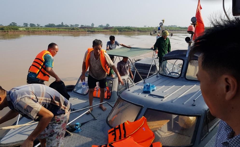 Ngư dân đực đưa vào bờ an toàn