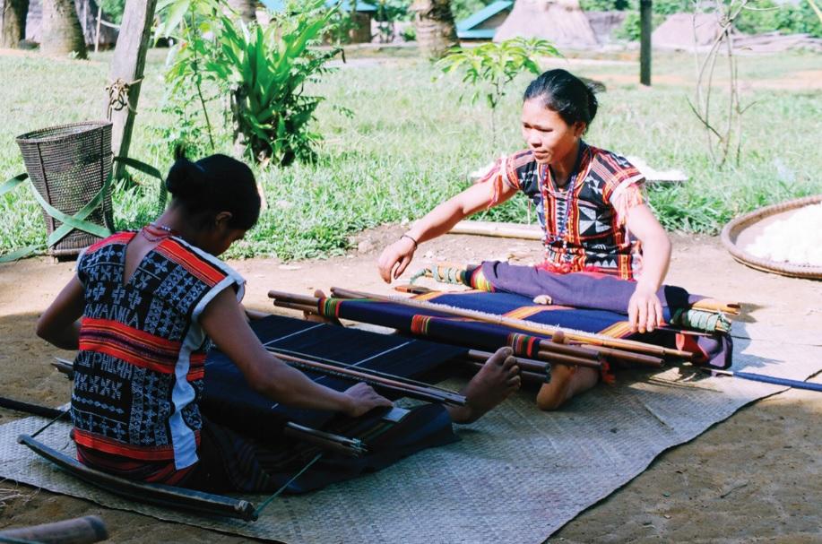 Phụ nữ Cơ-tu làng Công Dồn dệt vải thổ cẩm.