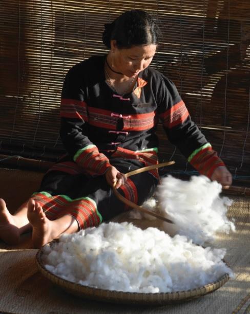 Thợ dệt làng Công Dồn đang chế biến bông vải.