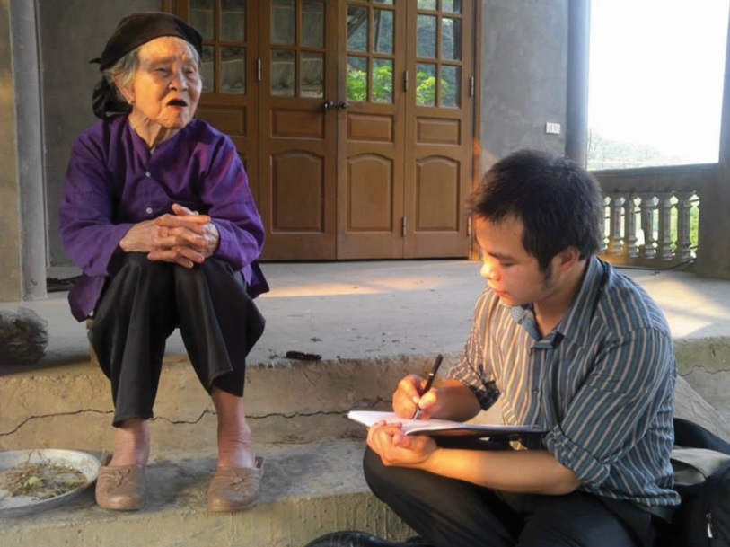 Bà Ma Thị Tôm trao đổi với phóng viên.