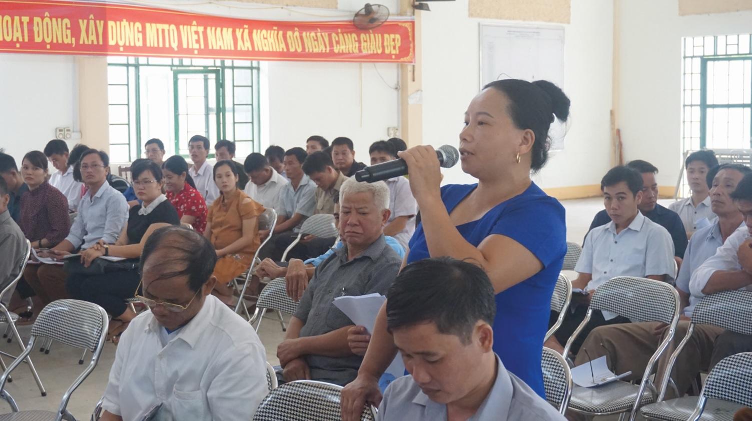 Người dân phát biểu ý kiến, kiến nghị tại buổi tiếp xúc.