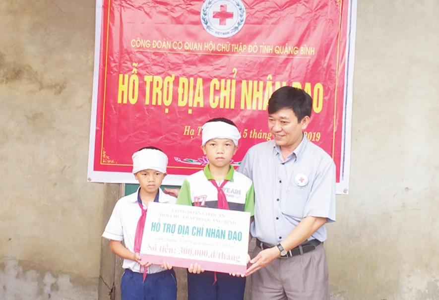 Hội Chữ thập đỏ tỉnh Quảng Bình trao hỗ trợ trẻ em nghèo của huyện Bố Trạch.
