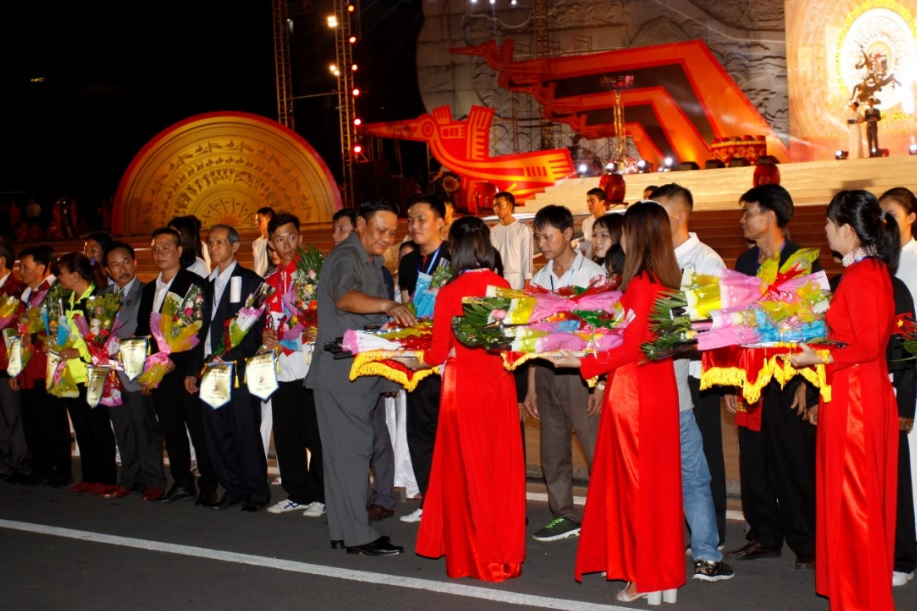 Đồng chí Lê Kim Toàn, Phó Bí thư thường trực Tỉnh ủy Bình Định tặng hoa cho các đoàn tham gia Liên hoan