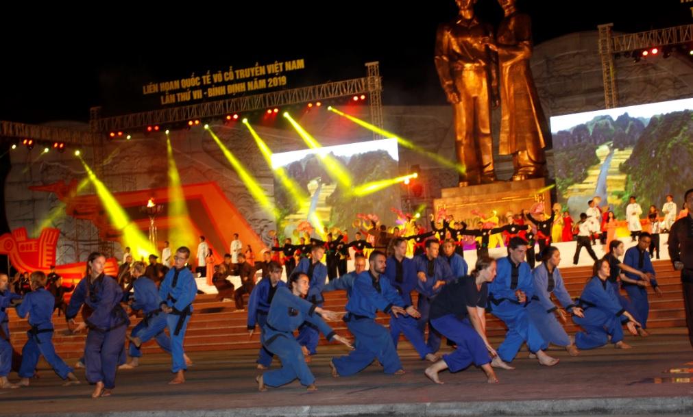 Các đoàn nước ngoài tham gia biểu diễn tại Liên hoan.