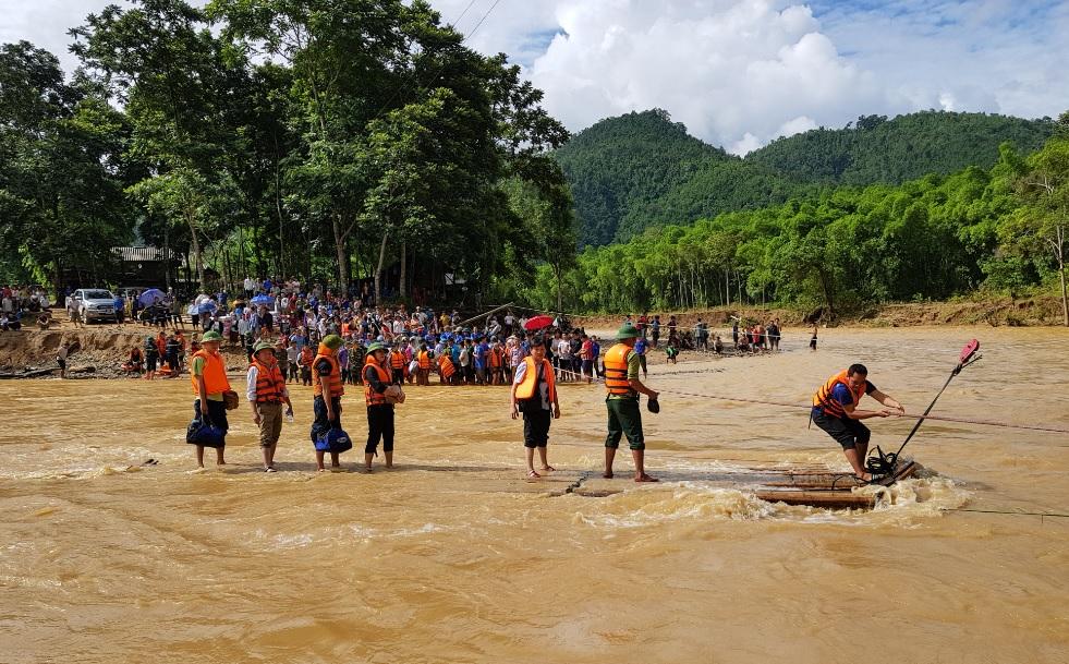 Đoàn công tác của Ủy ban Dân tộc vượt sông bằng bè mãng đến thăm bà con vùng lũ tại huyện Quan Sơn, Thanh Hóa.