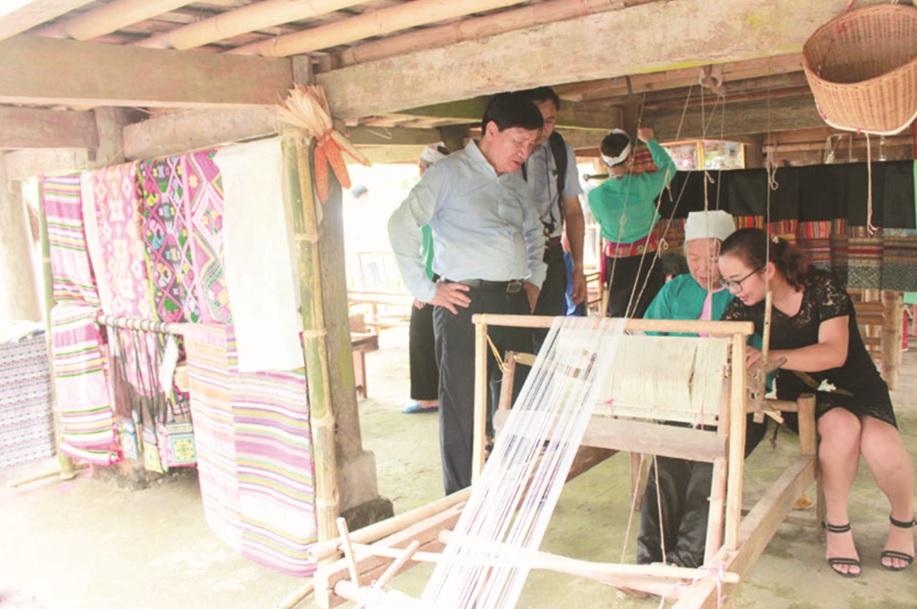 Khôi phục lại nghề dệt thổ cẩm để tạo ra các sản phẩm du lịch.