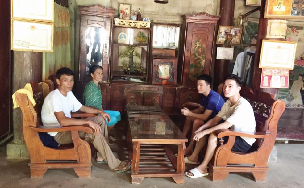 Em Lang Văn Trường (áo trắng) cùng bố mẹ và em trai.