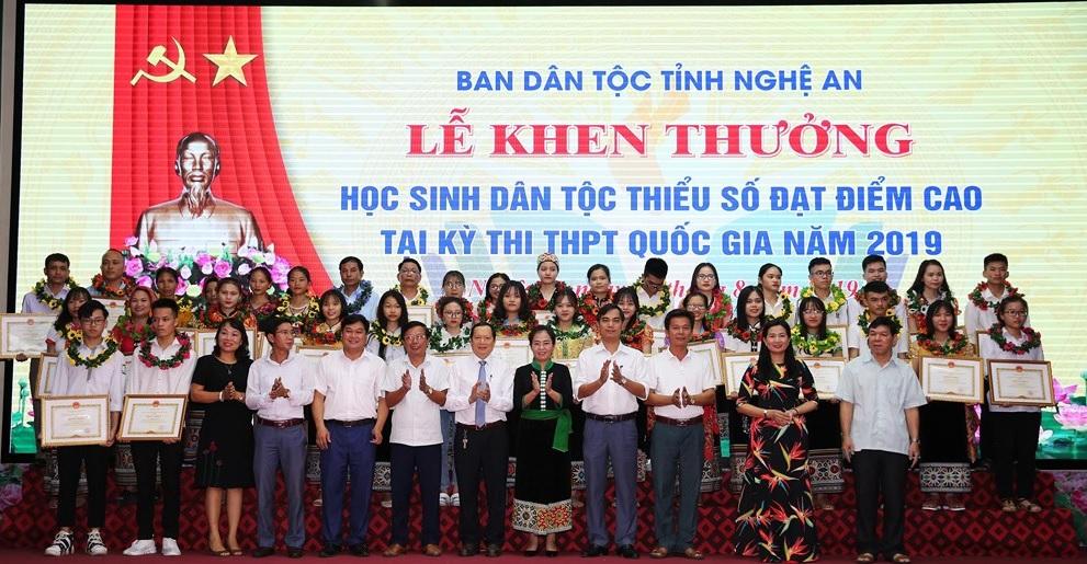 39 em học sinh dân tộc thiểu số được nhận Bằng khen của Bộ trưởng, Chủ nhiệm Ủy ban Dân tộc; 31 em được nhận Giấy khen của Trưởng ban Dân tộc tỉnh. Ảnh: Đức Anh