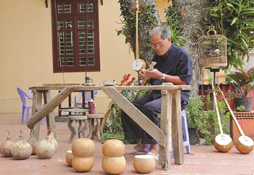 Nghệ sĩ Vi Tơ đang chế tác cây đàn tính.