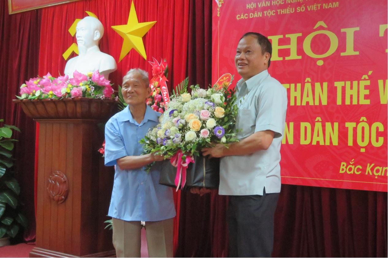 Ông Nguyễn Văn Du, Ủy viên Ban chấp hành Trung ương Đảng, Bí thư tỉnh ủy, Chủ tịch HĐND ỉnh Bắc Kạn tặng hoa chúc mừng Nhà văn dân tộc Tày Nông Viết Toại