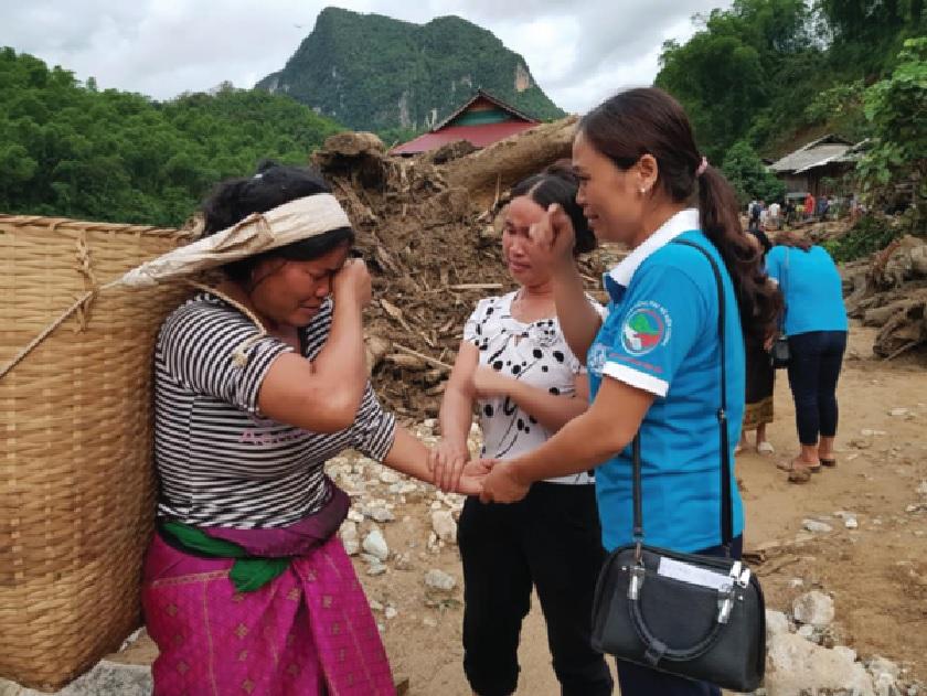 Hội Phụ nữ xã Na Mèo thăm hỏi và chia buồn cùng bà con vùng lũ.