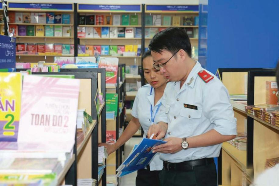 Đoàn liên ngành kiểm tra một cửa hàng kinh doanh sách trên địa bàn huyện Con Cuông.